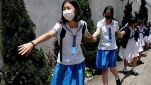 """2019年香港反修例运动中学生组成""""人链""""参加抗争资料图片"""