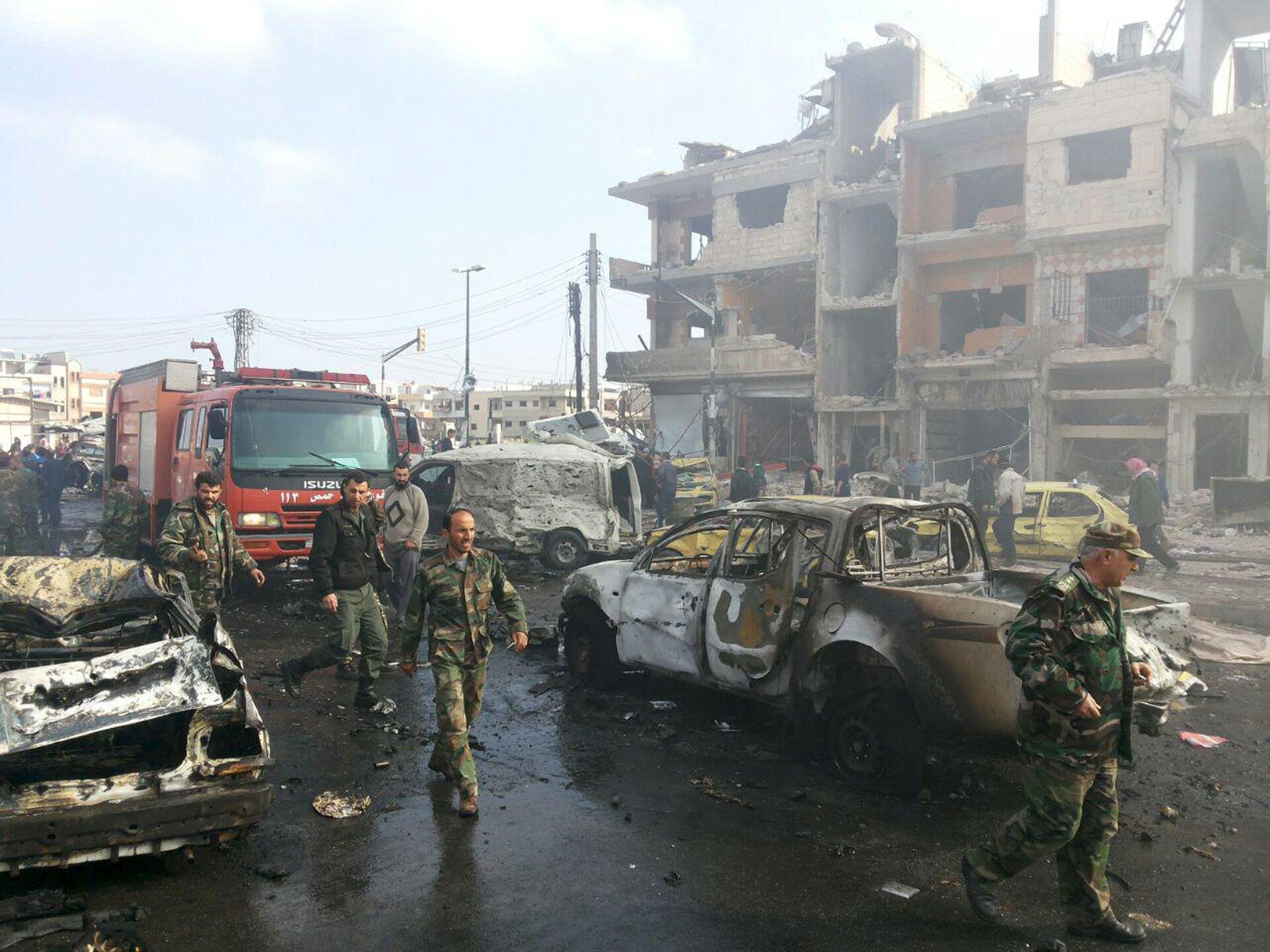 Soldados sirios en el lugar donde se perpetró una doble explosión en Homs. El 21 de febrero del 2016.