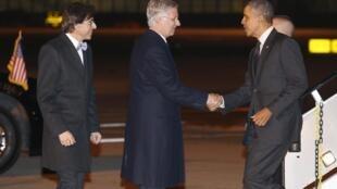 O presidente dos Estados Unidos, Barack Obama, ao chegar a Bruxelas para participar da cúpula entre EUA e União Europeia, sendo recebido pelo rei Philippe e o primeiro-ministro belga, Elio Di Rupo.