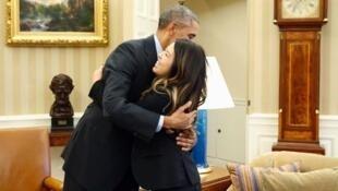 Ông Obama ôm lấy Nina Pham, sau khi cô vừa xuất viện điều trị bệnh Ebola - Reuters /Larry Downing