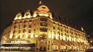 Classé monument historique, le Lutetia est le grand hôtel de prestige de la rive gauche parisienne. Sa fermeture, en avril 2014 pour d'importants travaux, a permis à Airbnb d'augmenter son offre.