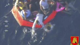 Imagem da Marinha italiana mostra equipes de salvamento recolhendo sobreviventes no mar em 11 de outubro de 2013.