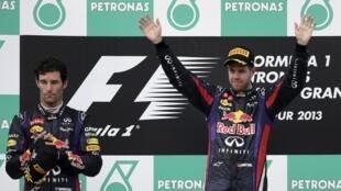 O piloto alemão, Sebastian Vettel (à dir.), comemora sua vitória no GP da Malásia ao lado de Mark Webber.