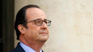 François Hollande fait du deux en un. Il s'en prend à Nicolas Sarkozy et en même temps à Emmanuel Macron (image d'illustration).