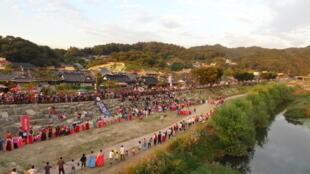 Une vaste chaîne humaine commence à se former en vue d'un grand «ganggangsullae», une danse à l'histoire millénaire classée «Patrimoine culturel immatériel de l'Humanité» par l'Unesco. (Photo: à Jeonju, en Corée du Sud, lors du Festival de la pleine Lune)