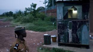 Un soldat burkinabè devant un bâtiment endommagé du camp de l'ex-RSP à Ouagadougou, le 30 septembre 2015.