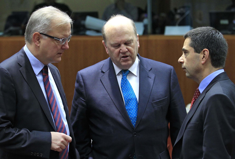 Еврокомиссар по экономике Олли Рен, Министры финансов Микаэл Ноонан (Ирландия) и Витор Гаспар (Португалия) на совещании в Брюсселе 22/01/2013