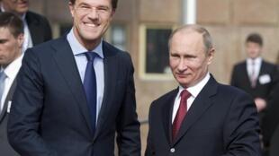 Vladimir Poutine (à droite) et le Premier ministre néerlandais Mark Lutte (à gauche) à Amsterdam, le 8 avril 2013.
