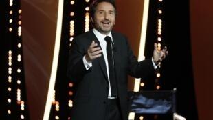 Pour la quatrième fois et la deuxième fois consécutive, c'est Édouard Baer qui a officié comme maître de cérémonie lors de l'ouverture du 72e Festival de Cannes.