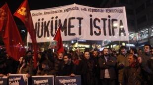 Manifestantes protestam contra o partido governista turco AKP e seu premiê Tayyip Erdogan  em Istambul, na noite de quarta-feira, 25 de dezembro de 2013.