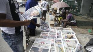 Des Nigérians découvrent les Unes de leurs journaux au lendemain de la victoire de Joe Biden aux États-Unis. Lagos, le dimanche 8 novembre 2020.