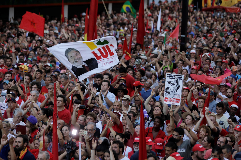 Segundo os organizadores, cerca de 70 mil pessoas se reuniram para apoiar Lula durante discurso em Porto Alegre.