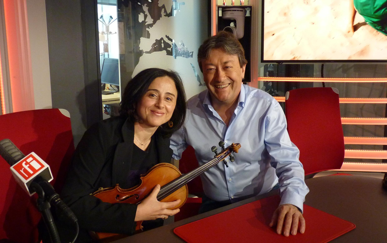 La violinista y compositora española Mónica Acevedo de Pablo con Jordi Batallé en RFI