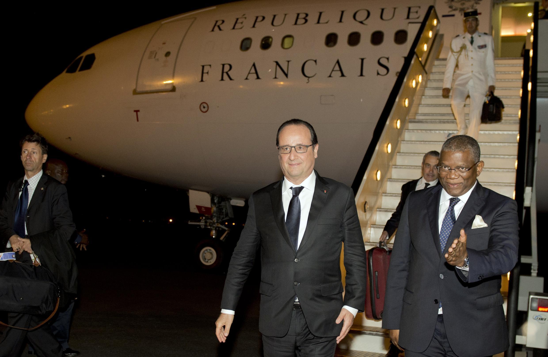 Le président français, François Hollande, à son arrivée à Luanda, le 2 juillet 2015.