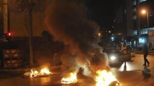 Des musulmans sunnites ont brûlé des pneus, ici à Beyrouth, le 19 octobre 2012, quelque sheures après l'attentat qui a tué le chef des services de renseignement de la police.