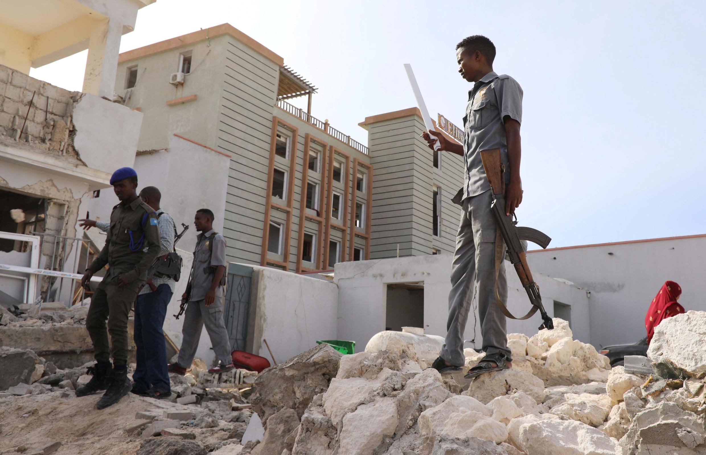 Des officiers de sécurité somaliens sur les décombres d'une partie de l'hôtel Elite après l'attaques des shebabs, le 17 août 2020.