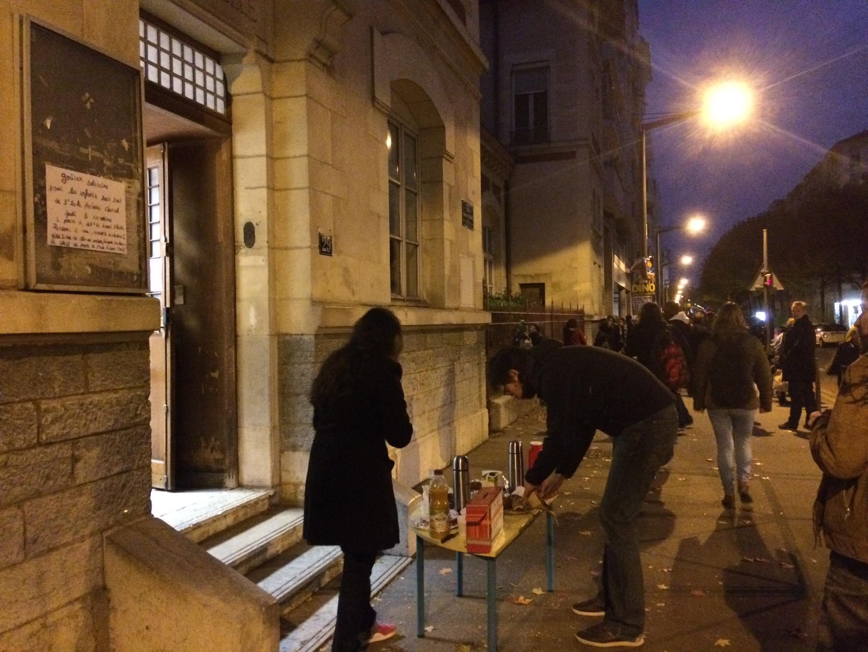 Crêpes, gâteaux et thé chaud… La vente de ce goûter solidaire devant l'école Antoine Charial (3e arrondissement de Lyon) sert à financer des nuits d'hôtel pour les familles sans toit.