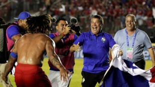 Los jugadores panameños festejan la clasificación ante el entrenador Darío Gomez tras vencer a Costa Rica, el 10 de octubre de 2017 en Ciudad de Panamá.