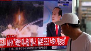 Le 13e tir de missile balistique par Pÿongyang cette année commenté sur les télévisions sud-coréennes. Séoul, le 4 juillet 2017.