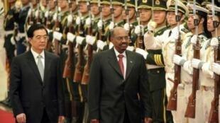胡锦涛6月29日在北京与巴希尔检阅三军仪仗队