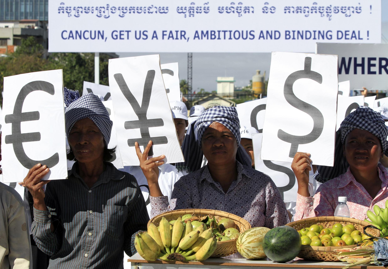 Nông dân Cam Bốt kêu gọi các lãnh đạo thế giới thực hiện những cam kết về khí hậu trong một cuộc tập hợp tại Quảng trường Dân chủ, Phnom Penh  29/11/10.