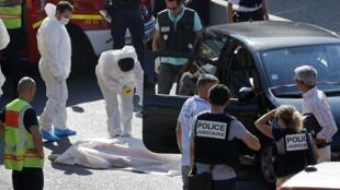 A polícia científica examina o local onde Adrien Anigo foi encontrado morto em Marselha nesta quinta-feira, 5 de setembro de 2013.
