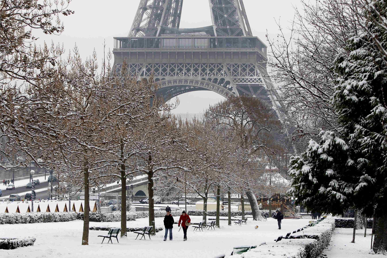 Vista da Torre Eiffel sob a neve.