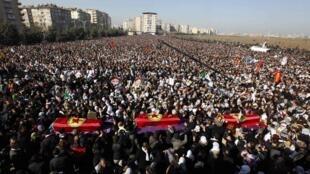 Funérailles des trois militantes kurdes assassinées à Paris, à Diyarbakir (Turquie) le 17 février 2013.