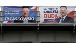 Ảnh minh họa: Bích chương tranh cử của thị trưởng Vácxava Rafal Trzaskowski (t) và tổng thống Ba Lan mãn nhiệm Andrzej Duda.