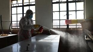 Un agent sanitaire désinfecte une salle de classe d'une école élémentaire d'Ivory Park en Afrique du Sud le 28 mai 2020.