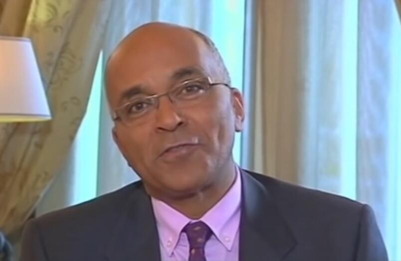 O jornalista Jean-Karim Fall, durante uma entrevista ao Presidente senegalês Macky Sall, em 2014.