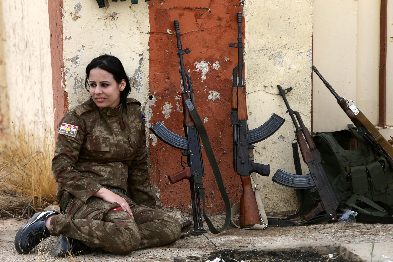 Женщина-солдат из езидского ополчения на юге от Мосула. 11 ноября 2016
