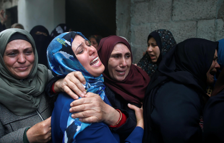 Una familia palestina llora la muerte de uno de sus miembros asesinado el 30 de marzo 2018 por soldados israelíes en la frontera de Israel con Gaza.