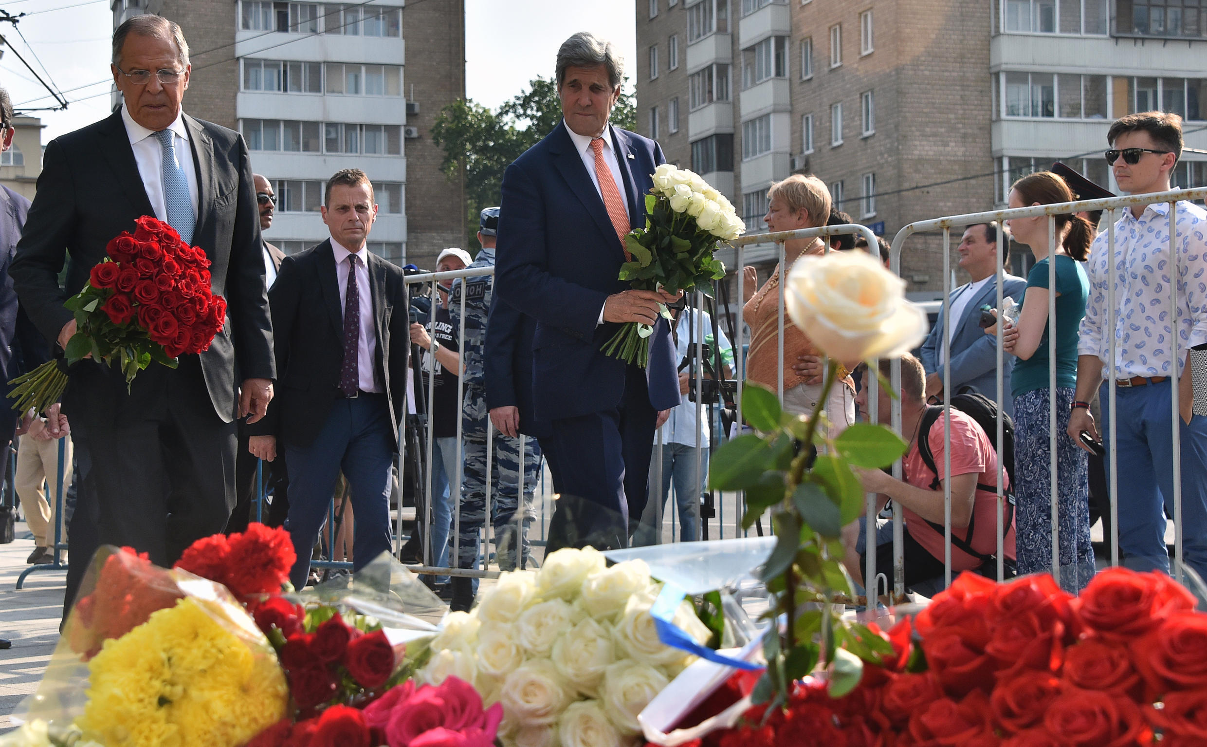 Russian Foreign Minister Sergei Lavrov (left) and US Secretary of State John Kerry lay flowers outside the French Embassy in Moscow on Friday in tribute to the victims of the attack in Nice.