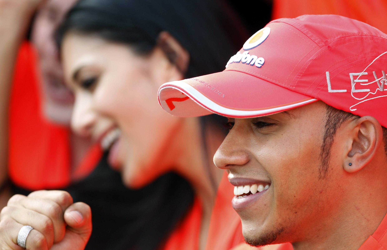 Lewis Hamilton festeja con su novia, la cantante Nicole Scherzinger, su victoria en el circuito de Estambul.