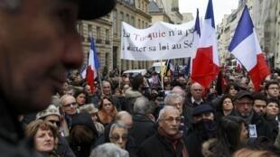 """Демонстрация перед Сенатом с лозунгом """"Турция не может навязывать законы Сенату"""". Париж 23/01/2012"""