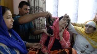 در کشمیر هند نزدیک به صد زن گفتهاند که به آنان حمله شده و موهایشان را بریدهاند. این اظهارات که هنوز حقایقش روشن نیست، وحشت و خشونت را در منطقه دامن زده است.