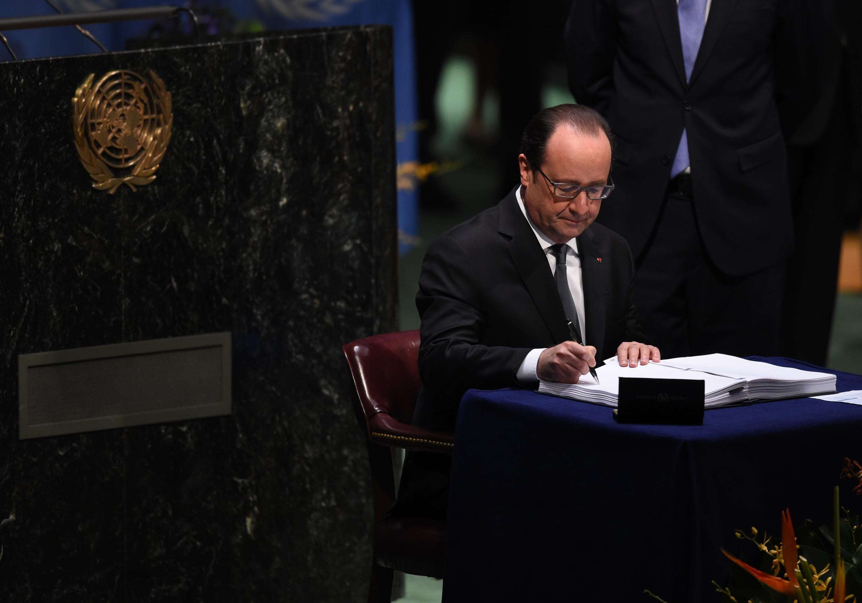 O presidente francês, François Hollande, foi o primeiro a assinar o acordo internacional sobre o clima na sede das Nações Unidas.