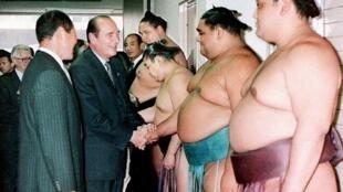 Jacques Chirac vouait un véritable amour pour le sumo. Ici lors d'une visite à Fukuoka, au Japon, le 12 novembre 1996.