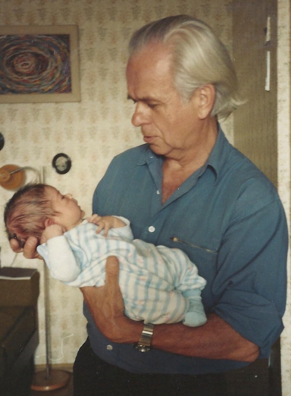 Эдисон Денисов с внуком Федором, 1992 г.