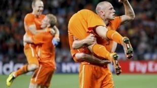 Jogadores holandeses festejam no gramado, a vaga conquistada para a final.