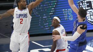 Kawhi Leonard (Los Angeles Clippers) contre un tir du Slovène Luka Doncic (Dallas Mavericks), lors de leur 6e match du 1er tour des playoffs NBA, le 4 juin 2021 à l'American Airlines Center à Dallas
