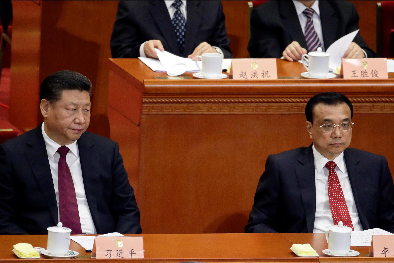 رئیس جمهوری چین Xi Jinping (سمت چپ) و  Li Keqiang نخست وزیر این کشور، در همایش تدارکاتی کنگره خلق چین. ٣ مارس ٢٠۱٧