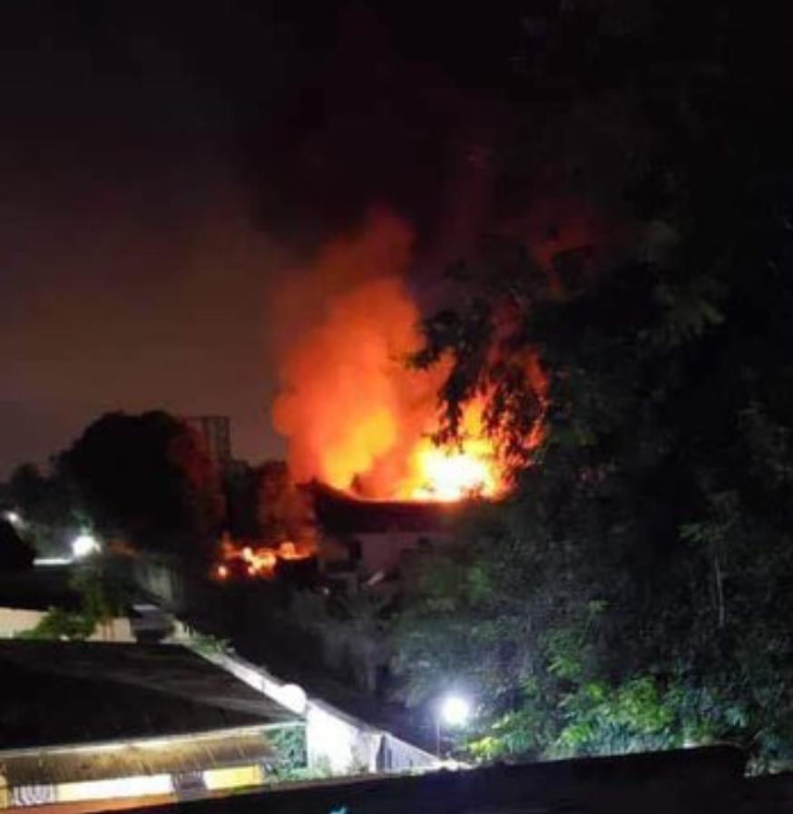 L'incendie dans l'entrepôt à Kinshasa. «L'évaluation des dégâts est en cours», dit une source de sécurité congolaise.