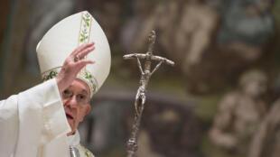 El Papa Francisco durante una misa en la Capilla Sixtina en el Vaticano, el 7 de enero de 2018.