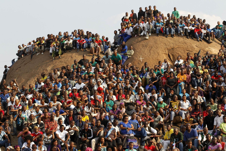 La communauté minière sur le site de Marikana surnommée la «Colline de l'horreur » lors de l'hommage rendu aux 34 mineurs, le 23 août 2012.