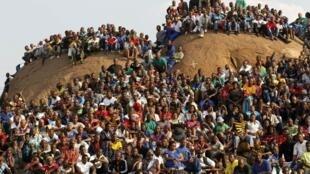 """A comunidade mineira de Marikana, apelidada a """"colina do horror"""", durante uma homenagem aos mineiros mortos em agosto."""