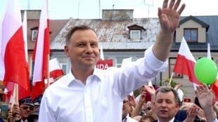 Andrzej Duda, Presidente cessante da Polónia,cujo executivo é acusado de implementar reformas judiciais que põem em causa as liberdades  públicas e a democracia no seu país. Duda  candidatou-se à um novo mandato presidencial.