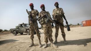 Des soldats de l'armée soudanaise fidèle à Salva Kiir, sur l'aéroport de Bor, à 200 km au nord de Juba, au Soudan du Sud, le 19 janvier 2014.