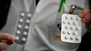 Médico mostra doses cloraquina usadas no teste clínico contra o Covid-19 no Hospital de Marselha.